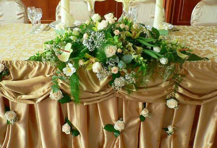 Свадебный зал украшенный цветочными композициями