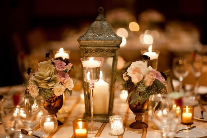 Свечи и букеты для украшения свадебного стола
