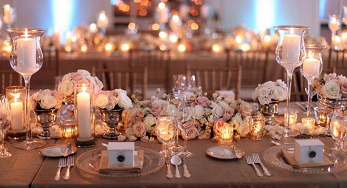 Розы и свечи в стеклянных подсвечниках