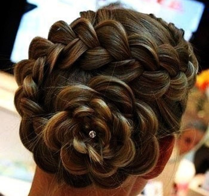 Коса уложенная по спирали в форме цветка