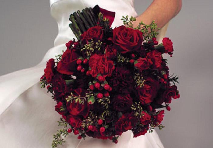 Советуют флористы: как подобрать форму букета под свадебное платье? | 489x700