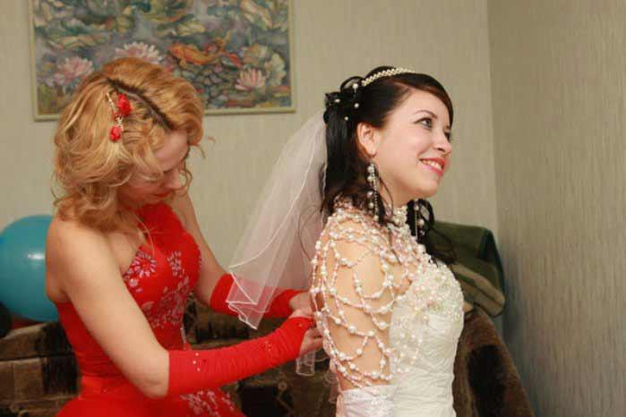 Свидетельница одевает невесту