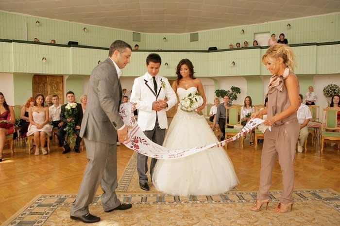 Свидетели расстилают молодым свадебный рушник