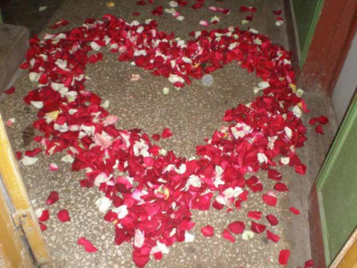 Украшение пола в подъезде лепестками роз