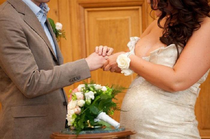 При беременности пару распишут через один день