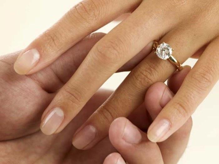 Вот как правильно одевать знак помолвки