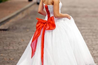 Свадебное платье с бантом сзади
