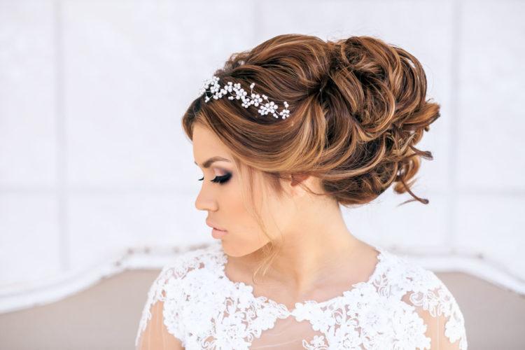 Прически на свадьбу: 100 красивых и стильных фото с фатой