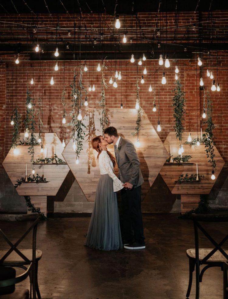 Свадьба в лофт стиле: креативные идеи для образа жениха, невесты, свидетелей и гостей, советы по оформлению помещений, декору пригласительных и кортежа